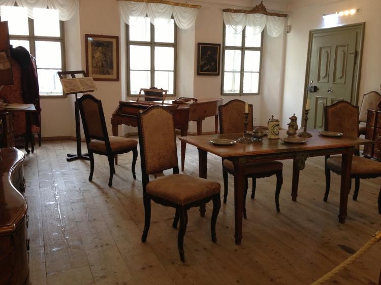 Piyanonun da olduğu yemek odası