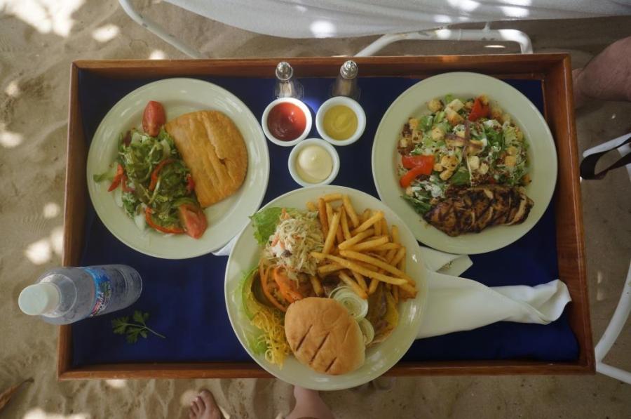 Soldan sağa: Beef Patty, Hamburger ve Jerk Chicken'lı Sezar Salata