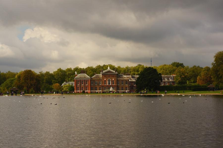 Hyde Park'ta Kensington Sarayı manzarası