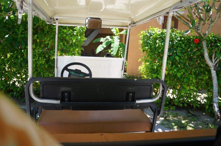 Golf arabasındayız
